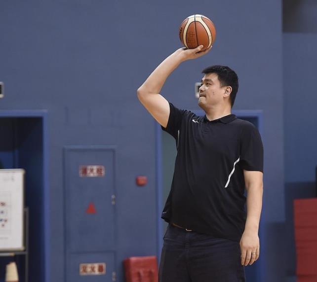 女篮训练备战世界杯 姚明技痒场边投篮